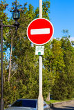 Στρογγυλό κόκκινο κανένα οδικό σημάδι εισόδων που τοποθετείται στον πόλο μετάλλων Στοκ φωτογραφία με δικαίωμα ελεύθερης χρήσης