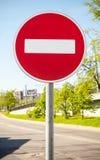 Στρογγυλό κόκκινο οδικό σημάδι στον πόλο μετάλλων Καμία είσοδος Στοκ Εικόνες