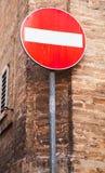 Στρογγυλό κόκκινο σημάδι καμία είσοδος στον πόλο μετάλλων Στοκ Φωτογραφίες