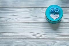 Στρογγυλό μπλε παρόν κιβώτιο στην ξύλινη έννοια εορτασμών πινάκων Στοκ φωτογραφίες με δικαίωμα ελεύθερης χρήσης