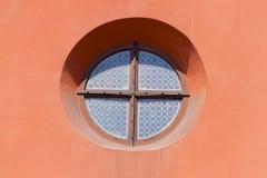 Στρογγυλό παράθυρο στο ρόδινο τοίχο Στοκ Εικόνες