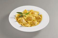 Στρογγυλό πιάτο με μια μερίδα των ζυμαρικών tortelli κολοκύθας Στοκ εικόνες με δικαίωμα ελεύθερης χρήσης