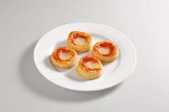 Στρογγυλό πιάτο με τέσσερις μικρές πίτσες Στοκ εικόνα με δικαίωμα ελεύθερης χρήσης