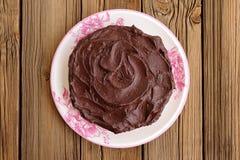 Στρογγυλό σπιτικό κέικ σοκολάτας που καλύπτεται με το παχύ ganache στο μόριο Στοκ Φωτογραφίες
