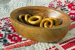 Στρογγυλό ψωμί σε ένα πιάτο Στοκ Εικόνες