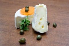 Στρογγυλό Camembert, τυρί της Brie με ένα αποκόπτω κομμάτι Στοκ Φωτογραφίες