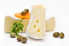 Στρογγυλό Camembert, τυρί της Brie με ένα αποκόπτω κομμάτι Στοκ Φωτογραφία