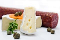 Στρογγυλό Camembert, τυρί της Brie με ένα αποκόπτω κομμάτι Στοκ φωτογραφία με δικαίωμα ελεύθερης χρήσης