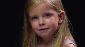 Στροφές λίγων ξανθές κοριτσιών γύρω με ένα χαμόγελο στο πρόσωπό της απόθεμα βίντεο