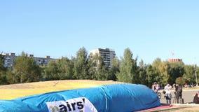 Στροφές Bicyclist στον αέρα κατά τη διάρκεια του μεγάλου πρωταθλήματος αλμάτων αερόσακων της περιοχής Perm απόθεμα βίντεο