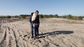 Στροφή και φιλί τρεξίματος ζεύγους απόθεμα βίντεο
