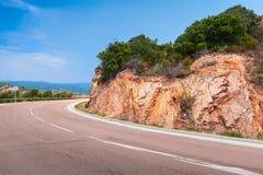 Στροφή της εθνικής οδού βουνών κάτω από το μπλε ουρανό στοκ εικόνες