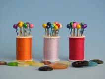Στροφία ράβοντας νημάτων, κουμπιά και ράβοντας καρφίτσες: πολλά χρώματα, ένας χαρούμενος συνδυασμός στοκ φωτογραφία με δικαίωμα ελεύθερης χρήσης