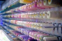 Στροφία του νήματος - ράβοντας κατάστημα - κρητιδογραφίες ουράνιων τόξων στοκ εικόνα