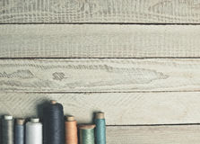 Στροφία του νήματος σε μια άσπρη ξύλινη επιφάνεια Στοκ Εικόνες