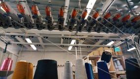 Στροφία του νήματος στην πλέκοντας μηχανή απόθεμα βίντεο