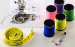 Στροφία του χρωματισμένου νήματος η ταινία, η βελόνα στη ράβοντας μηχανή Στοκ φωτογραφίες με δικαίωμα ελεύθερης χρήσης