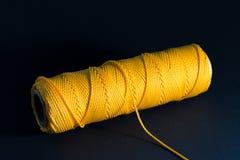 Στροφίο νημάτων με το κίτρινο νήμα Στοκ Φωτογραφίες