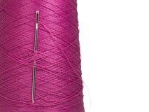 Στροφίο ράβοντας νημάτων με τη βελόνα, κενή θέση για το κείμενο στοκ φωτογραφία με δικαίωμα ελεύθερης χρήσης