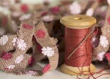 Στροφίο ράβοντας νημάτων με το ράψιμο της βελόνας, υπόβαθρο κεντητικής Στοκ Εικόνα