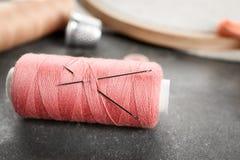 Στροφίο του ράβοντας νήματος με τις βελόνες Στοκ φωτογραφίες με δικαίωμα ελεύθερης χρήσης