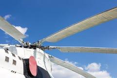 Στροφείς λεπίδων κινηματογραφήσεων σε πρώτο πλάνο του μεγάλου ελικοπτέρου φορτίο-επιβατών ενάντια στο μπλε ουρανό στο υπόβαθρο στοκ φωτογραφία