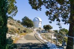 Στρωμένη πορεία που οδηγεί στο αυτοματοποιημένο τηλεσκόπιο APF, μέρος ανιχνευτών πλανητών του παρατηρητήριου γλειψίματος σύνθετο στοκ εικόνες με δικαίωμα ελεύθερης χρήσης