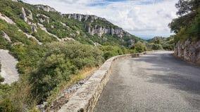 Στρωμένος δρόμος πέρα από τα βουνά Ardeche στη Γαλλία Στοκ Εικόνες