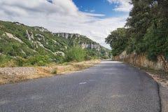 Στρωμένος δρόμος πέρα από τα βουνά Ardeche στη Γαλλία Στοκ εικόνες με δικαίωμα ελεύθερης χρήσης