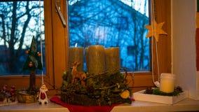 Στρωματοειδής φλέβα παραθύρων με τις διακοσμήσεις Χριστουγέννων Στοκ Εικόνες