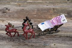 Στρωματοειδής φλέβα Χριστουγέννων με τα χρήματα στη μεταφορά ταράνδων Στοκ φωτογραφία με δικαίωμα ελεύθερης χρήσης