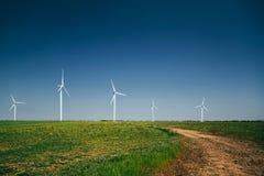 Στρόβιλοι γεννητριών αέρα στο θερινό τοπίο στην πράσινη κοιλάδα κάτω από το μπλε ουρανό στοκ φωτογραφία με δικαίωμα ελεύθερης χρήσης