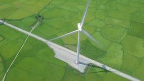 Στρόβιλος ανεμόμυλων άποψης κηφήνων στον πράσινο τομέα Παραγωγή στροβίλων αιολικής ενέργειας στην εναέρια άποψη ενεργειακών σταθμ φιλμ μικρού μήκους