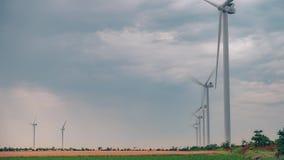 Στρόβιλος ανεμόμυλων που παράγει την καθαρή ανανεώσιμη ενέργεια στον πράσινο γεωργικό τομέα απόθεμα βίντεο
