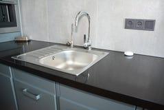 Στρόφιγγα κουζινών και νεροχύτης μετάλλων κουζίνα σύγχρονη Στοκ φωτογραφίες με δικαίωμα ελεύθερης χρήσης