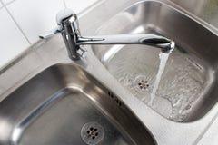 Στρόφιγγα με washbasin Στοκ φωτογραφία με δικαίωμα ελεύθερης χρήσης