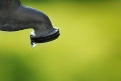 Στρόφιγγα νερού που στάζει με μια διαρροή στοκ εικόνα με δικαίωμα ελεύθερης χρήσης