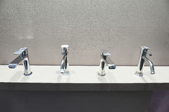 Στρόφιγγες για washbasin και το νεροχύτη Στοκ Φωτογραφίες