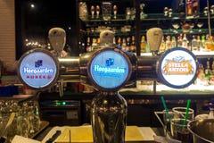 Στρόφιγγες μπύρας σχεδίων στο εστιατόριο Στοκ εικόνες με δικαίωμα ελεύθερης χρήσης