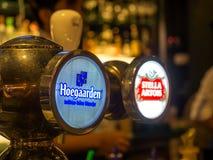 Στρόφιγγες μπύρας σχεδίων στο εστιατόριο Στοκ Εικόνες