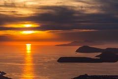 Στρώματα του βουνού στην αδριατική θάλασσα Ηλιοβασίλεμα dubrovnik Κροατία Στοκ Φωτογραφία