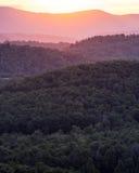 Στρώματα των κορυφογραμμών βουνών στο ηλιοβασίλεμα Στοκ εικόνα με δικαίωμα ελεύθερης χρήσης