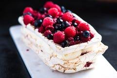 Στρώματα Pavlova μαρέγκας με τα θερινά φρούτα Στοκ Φωτογραφία