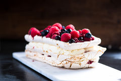 Στρώματα Pavlova μαρέγκας με τα θερινά φρούτα Στοκ εικόνα με δικαίωμα ελεύθερης χρήσης
