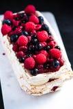 Στρώματα Pavlova μαρέγκας με τα θερινά φρούτα στοκ εικόνες