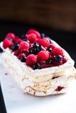 Στρώματα Pavlova μαρέγκας με τα θερινά φρούτα Στοκ εικόνες με δικαίωμα ελεύθερης χρήσης