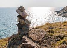 Στρώμα βράχου και μπλε θάλασσα Στοκ εικόνες με δικαίωμα ελεύθερης χρήσης