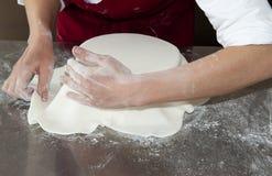 Στρώμα της κόλλας ζάχαρης που τοποθετείται στο κέικ στοκ φωτογραφία με δικαίωμα ελεύθερης χρήσης