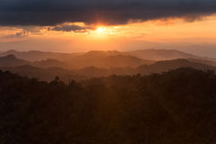 Στρώμα των βουνών στην υδρονέφωση στο χρόνο ηλιοβασιλέματος με το κάψιμο του ουρανού, στοκ εικόνα με δικαίωμα ελεύθερης χρήσης