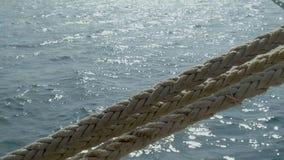 Στυλίσκος και σχοινιά πρόσδεσης που συνδέονται με μια ελλιμενισμένη βάρκα απόθεμα βίντεο